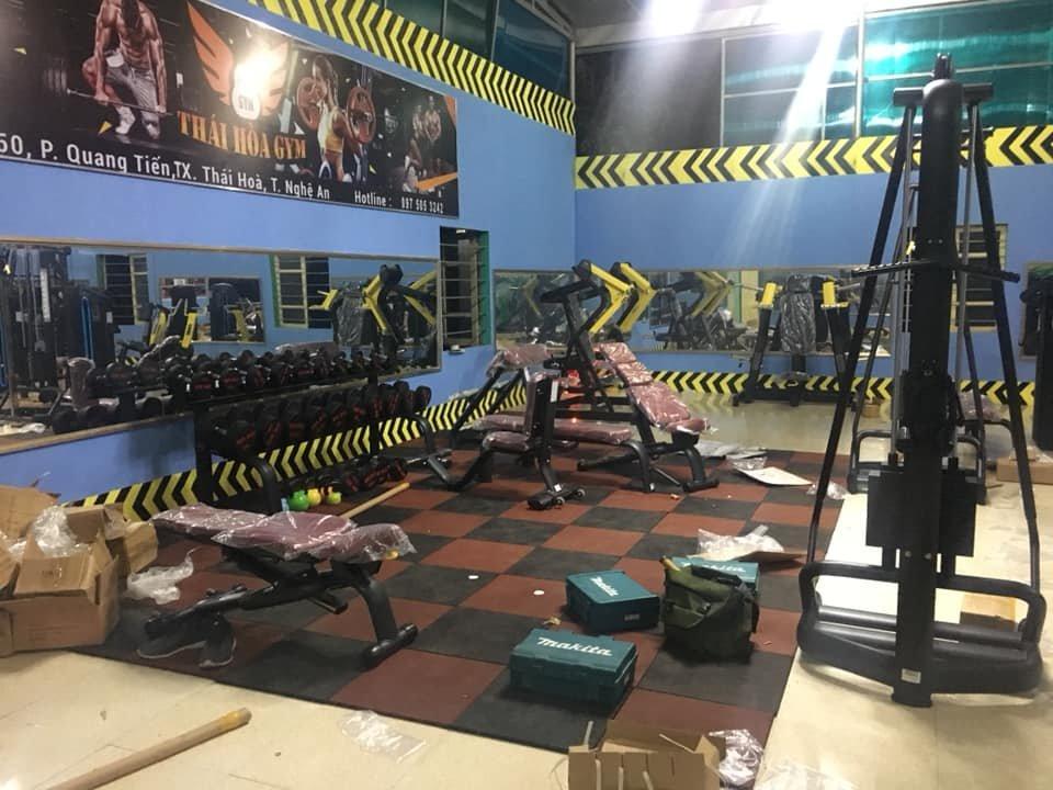 lát sàn gạch cao su caro đen đỏ cho nền phòng tập gym