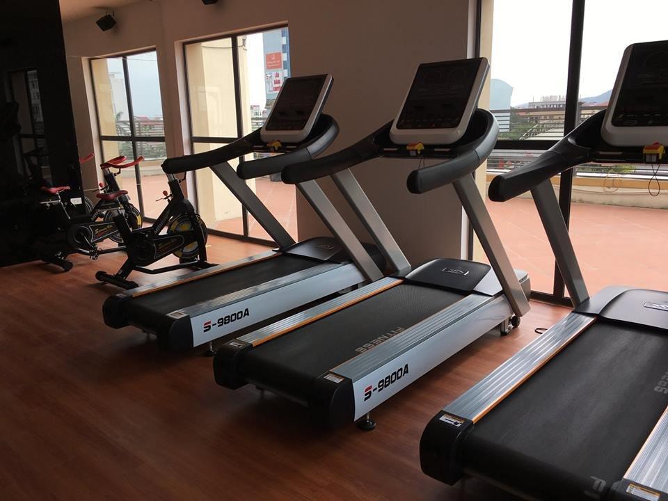 máy chạy bộ và xe đạp tập thể lực cho phòng tập gym tại khách sạn resort