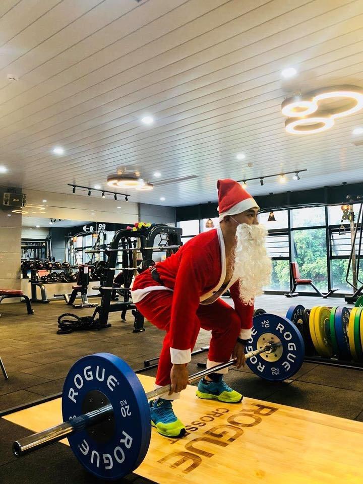 Ông già Noel chăm tập gym - phòng tập vui vẻ