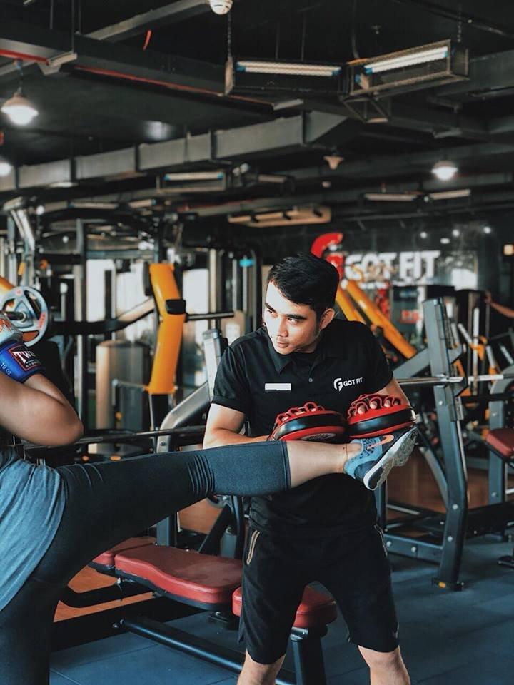 tập kickfit cùng huấn luyện viên phòng gym