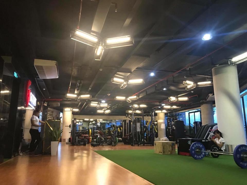 trang trí với đèn trần phòng tập gym
